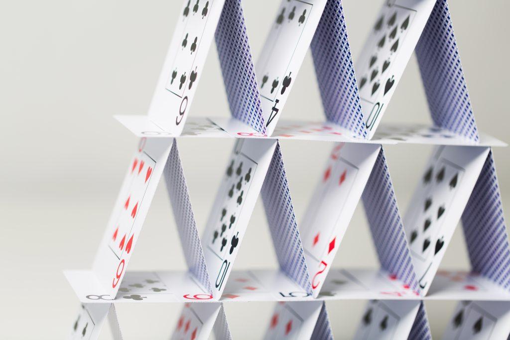 Domek z kart jako metafora darmowego CRMa